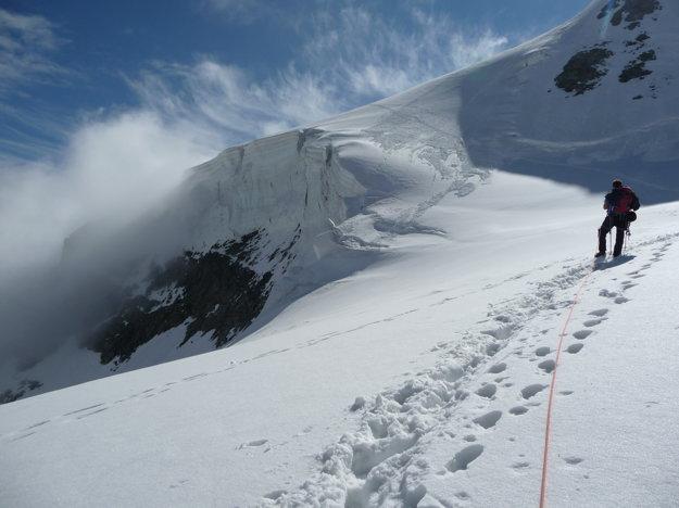 Rýchlo a bezpečne. Nadmorskú výšku sme príliš nepociťovali. Je za tým hlavne tréning. Piz Bernina nie je žiadny Kriváň. Nič v zlom Kriváň.  Stále však bol pred nami obávaný strmý skalný úsek. A Rafael s lanom ďaleko pred nami.