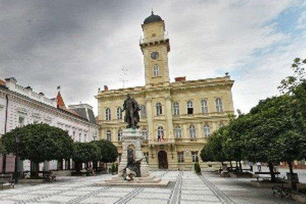 Socha G. Klapku na rovnomennom námestí v Komárne.