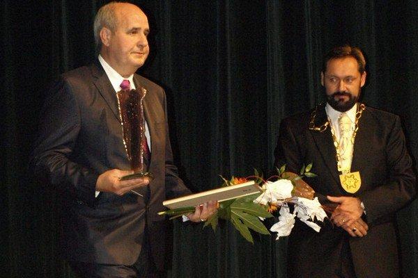 Jozef Barcaj prevzal cenu pre čestného občana mesta.