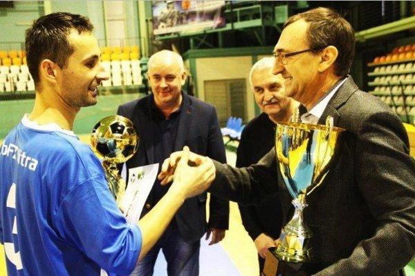 Cenu kapitánovi víťazného mužstva z Nitry odovzdáva Ján Franek, poverený vedením ZsFZ.