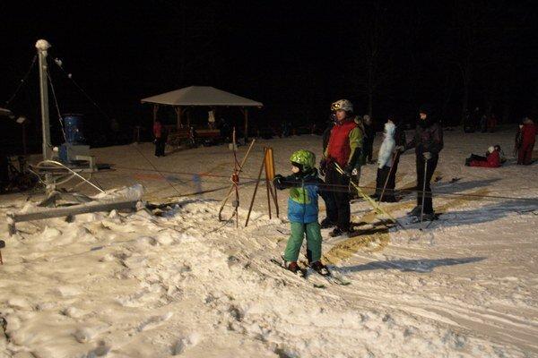 Uplynulé večery sa na svahu lyžovalo.