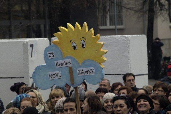 Z protestu učiteľov na novozámockom námestí.
