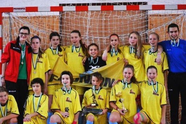 Družstvo dievčat FC Union Nové Zámky, ktoré na turnaji SVX Cup 2016 obsadilo druhé miesto.