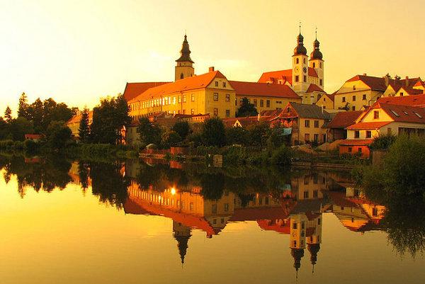 Atmosféru mesta Telč dotvárajú okolité rybníky.