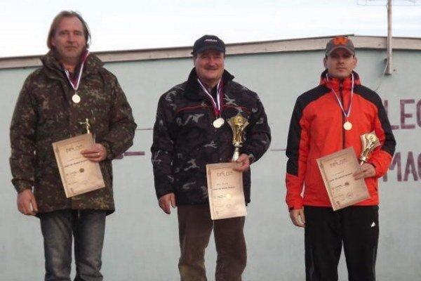 Trojica najlepších na stupňoch víťazov zľava Vladimír Belák, Milan Vékony a Jozef Hubert.