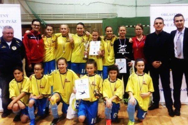 Víťaz turnaja prípraviek oPohár predsedu ObFZ Nové Zámky družstvo dievčat FC Union Nové Zámky.