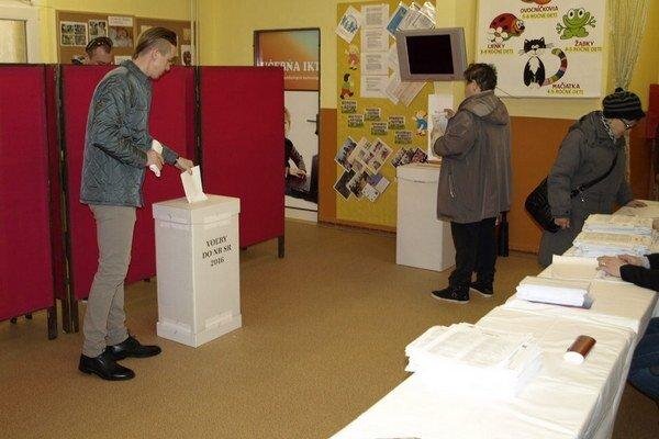 Volebný okrsok č. 12 v Nových Zámkoch.