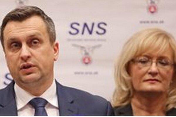 Na snímke zľava prvý predseda SNS Andrej Danko a podpredsedníčka SNS Eva Smolíková.