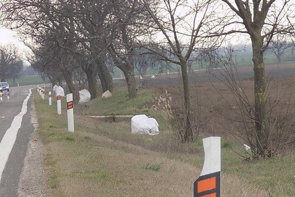 Robotníci odstránili odpadky z jarkov.