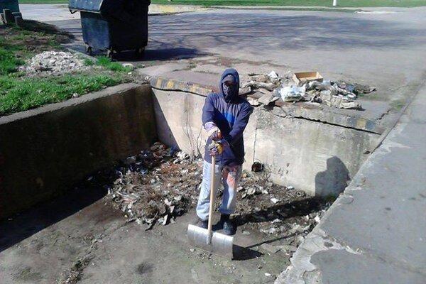 Marcel počas brigády čistenia nakladacej rampy.