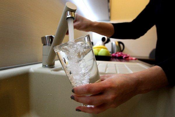 Zakázané je pitie vody, sprchovanie a tiež polievanie zeleniny studňovou vodou v záhradách.