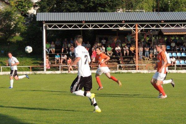 Kolárovo (v oranžovom) po remíze 0:0 vo Veľkých Lovciach stratilo body aj prvenstvo v tabuľke.