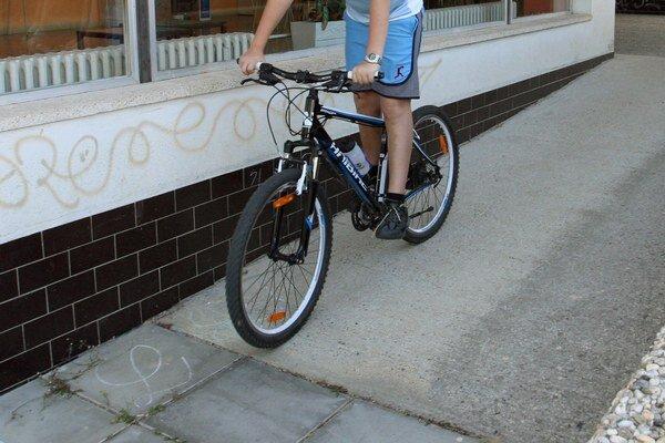 Do chlapčeka (11) na bicykli narazilo auto. Zachraňovali ho leteckí záchranári  (ilustračná snímka)