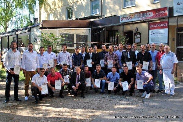 Spoločná fotografia nových trénerov po prevzatí diplomov