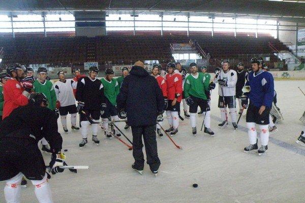 Prvé pokyny udeľuje hráčom asistent hlavného trénera Juraj Rehák
