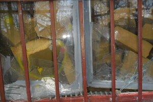Po vandaloch zostali zničené okná, dvere aj steny bunky.