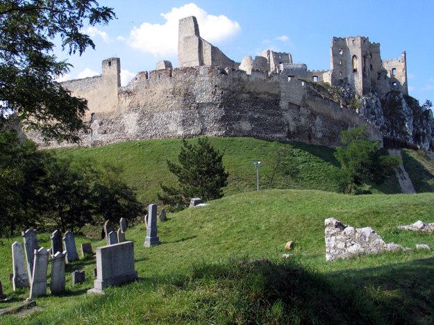 Pod hradom je aj starý židovský cintorín.