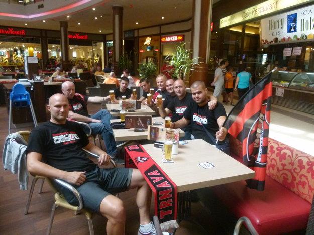 Kaviarne v obchodnom centre, ako aj olie štadióna sa hemžili trnavskými fanúšikmi už od poobedia.