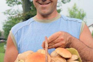 Malinovský hubár Michal Pekár sa teší z mimoriadnej úrody dubákov a kozákov.