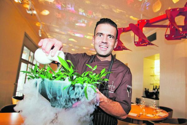 Šéfkukuchár reštaurácie Field Radek Kašpárek a jedna z jeho atrakcií.