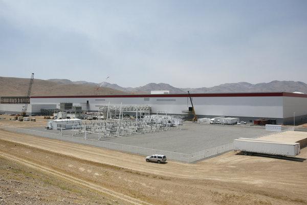 Továreň na batérie je oficiálne otvorená, plnú kapacitu výroby má dosiahnuť v roku 2018.
