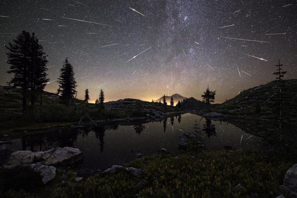 Záber roju perzeidov zachytáva počas štyroch hodín takmer 65 meteorov nad horou Shasta v Kalifornii. FOTO - Brad Goldpaint
