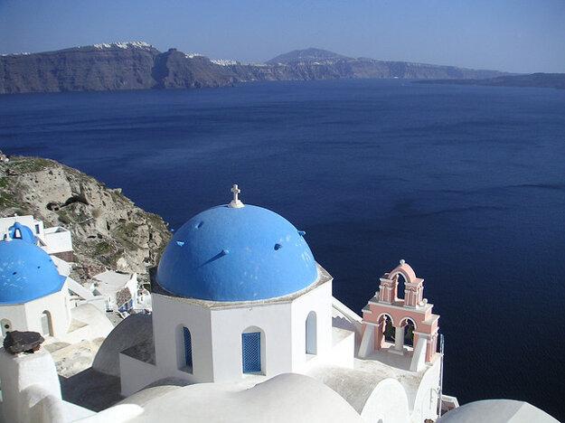 Santorini s typickými bielo-modrými domami