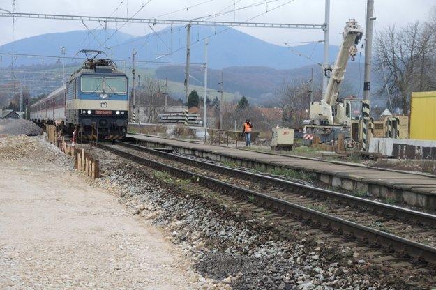 Vlak pred vjazdom do stanice spomalí.