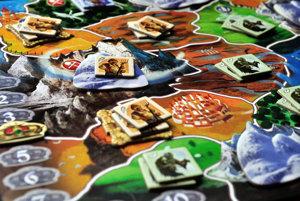Smallworld je hra o získavaní a udržiavaní území a určite nie je pre výbušné povahy. Kombinácií rás a špeciálnych schopností je toľko, že sa hra tak rýchlo neomrzí.