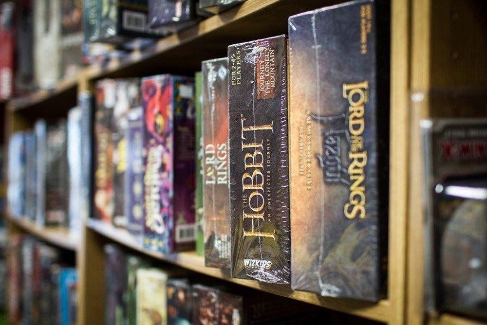 Témy sú rozmanité, na výber sú hry inpirované skutočným svetom - preteky na K2, továreň na výrobu áut, spravovanie galérie, iné využívajú aj námety známych filmov, kníh a čoraz sa viac objavú stolné hry inšpirované aj tými počítačovými.