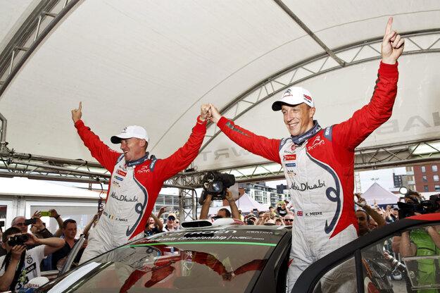 Kris Meeke (vpravo) oslavuje víťazstvo so svojim spolujazdcom Paulom Naglem.