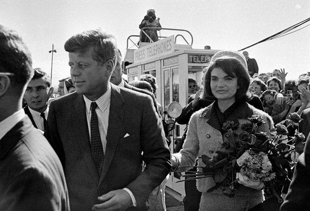 John F. Kennedy a Jacqueline Kennedyová na letisku Love Field airport v Dallase. 22. november 1693.