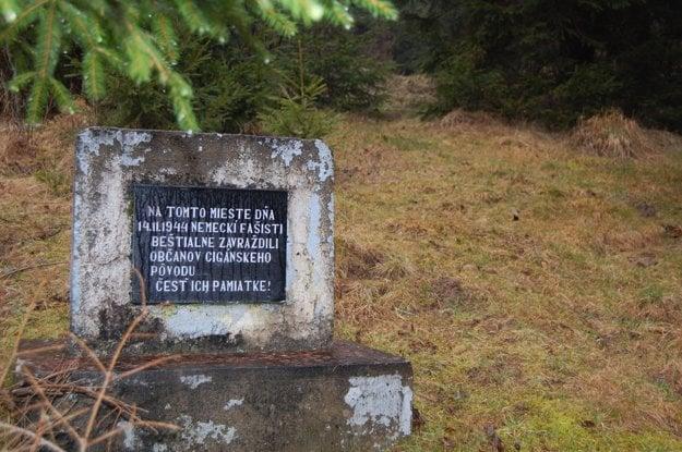 Na snímke pamätníček brutálne zavraždeným Rómom v Čiernom Balogu.