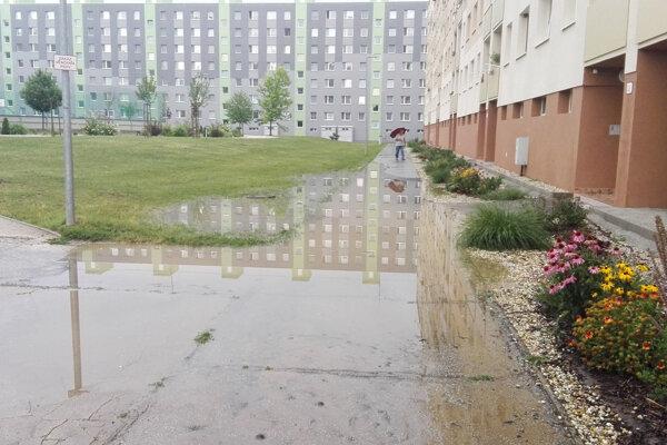 Takto vyzerá chodník pred panelákom na Hviezdoslavovej ulici vždy po väčšom daždi.