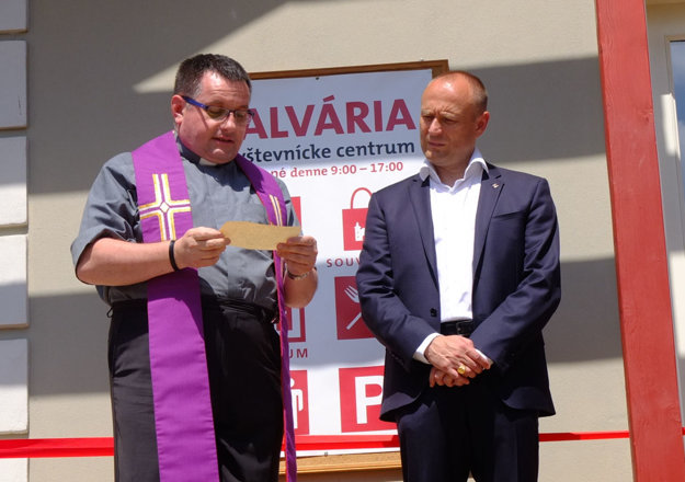 Centrum pri otvorení požehnal miestny farár Ľudovít Frindt. Vpravo zástupca najväčšieho sponzora obnovy pamiatky, Alexander Resch, predseda správnej rady Nadácie VÚB.