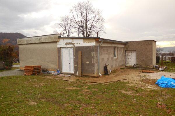 Prístavba vytvorila vhodný priestor pre smútiacu rodinu nebožtíka.