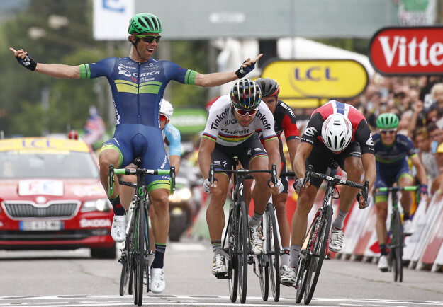 Michael Matthews (vľavo), ktorý v závere desiatej etapy tohtoročnej Tour zdolal vo finiši Petra Sagana, by mohol zamieriť do tímu Giant-Alpecin.