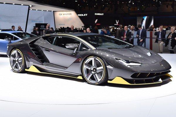 Superšportové Lamborghini Centenario. Model Centenario vyvinula firma Lamborghini na počesť stého výročia narodenia Ferruccia Lamborghiniho, zakladateľa po ňom pomenovanej automobilky.