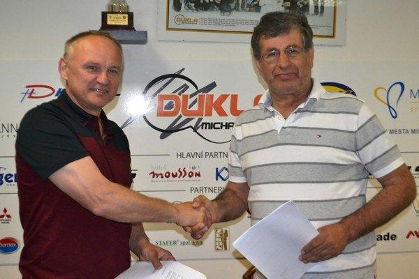 Alexander Černega (vpravo) s trénerom Miroslavom Ihnačákom.