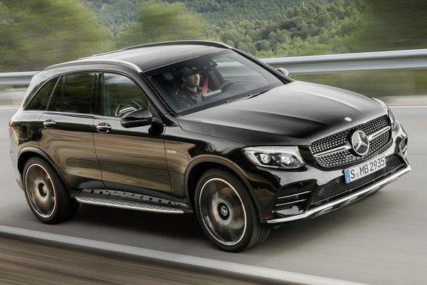 Nový model Mercedes-AMG GLC 43 4MATIC. Firma AMG vystrojila nový model prepĺňaným trojlitrovým vidlicovým šesťvalcom, ktorý vyvíja maximálny výkon 270 kW.