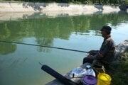 Dambovita. Rybár v Bukurešti.
