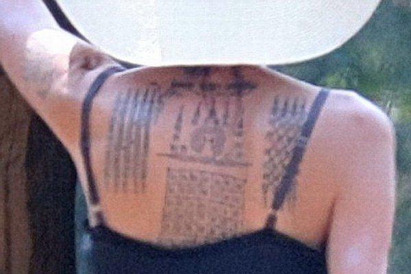 Budhistický štýl. Angelina má rada ozdoby na tele.