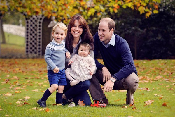Šťastná rodinka. Kate a William deťom vštepujú pokoru.