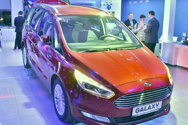 Veľkopriestorová limuzína Ford Galaxy. Galaxy tretej generácie ponúka v troch radoch individuálne sklopných sedadiel pohodlné cestovanie až siedmim osobám.