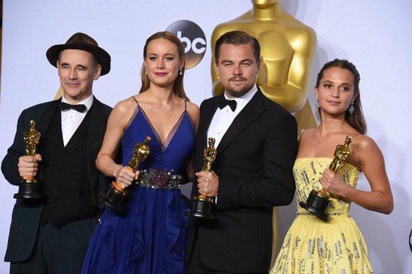 Ocenení. Mark Rylance (najlepší herec vo vedľajšej úlohe), Brie Larson (najlepšia herečka v hlavnej úlohe), Leonardo DiCaprio (najlepší herec v hlavnej úlohe), Alicia Vikander (najlepšia herečka vo vedľajšej úlohe).