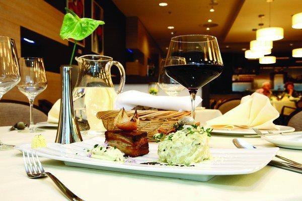 Zemiakové halušky s tymianovou bryndzou, olivovým olejom a kúskom pečeného bravčového boku.