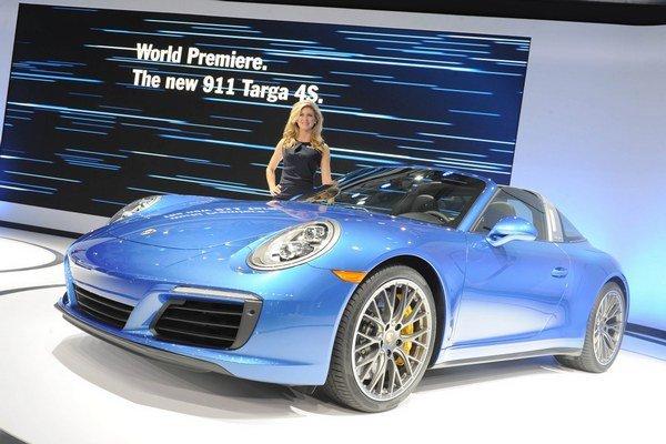 Nové Porsche 911 Targa 4S. Nový model 911 Targa so sklápacou strieškou nad prednými sedadlami má svetovú premiéru na autosalóne v kalifornskom Los Angeles.