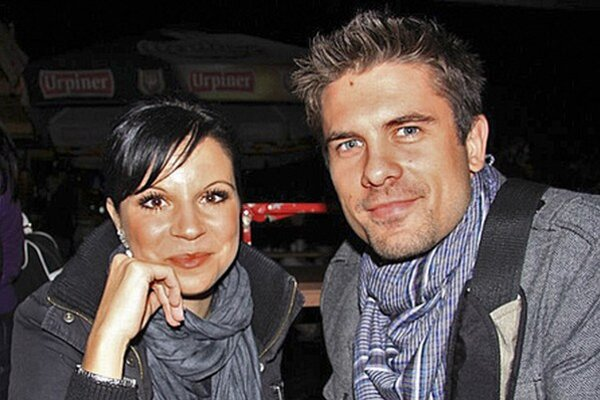 Manželia. Janko sa v lete oženil s Lenkou a vraj im k dcére Nikolke pribudne druhé dieťa.
