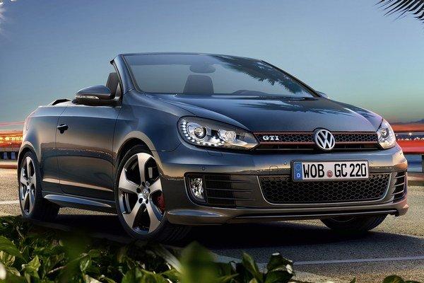 Inovovaný kabriolet Volkswagen Golf GTI. Na pohon kabrioletu slúži dvojlitrový prepĺňaný motor s priamym vstrekovaním benzínu, ktorého maximálny výkon je 162 kW.