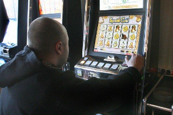 Hracích automatov je v mestách na hornej Nitre stále menej.